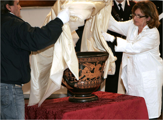 The unveiling of the Euphronios Krater, returned to Italy by the Metropolitan Museum, 2006. Photo: Plinio Lepri©Associated Press.